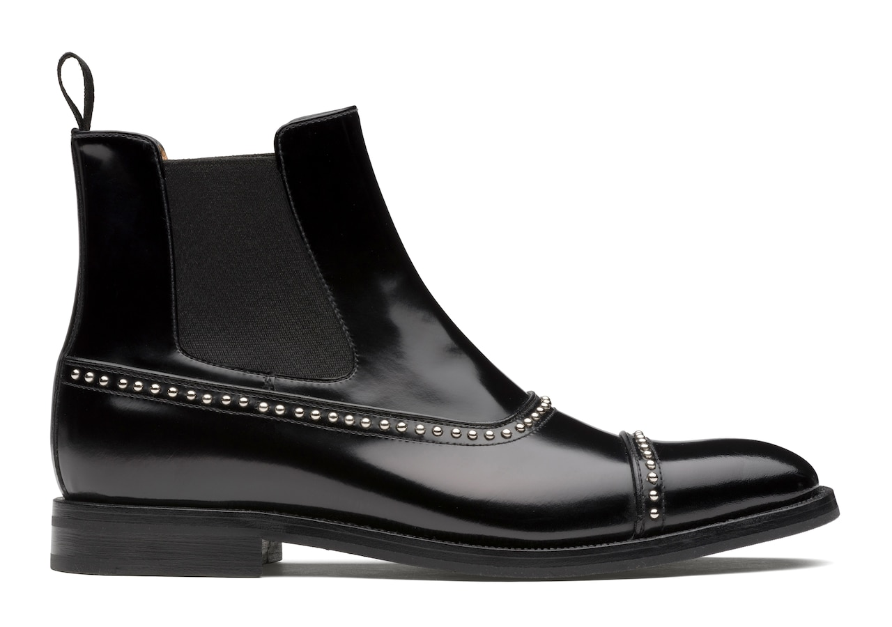 Anjelica met Church's Polished Fumè Chelsea Boot Stud Black